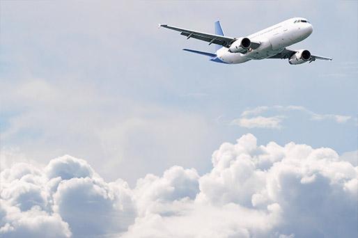Passagierflugzeug über den Wolken.