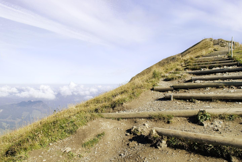 Bergpanorama mit Aufstieg.
