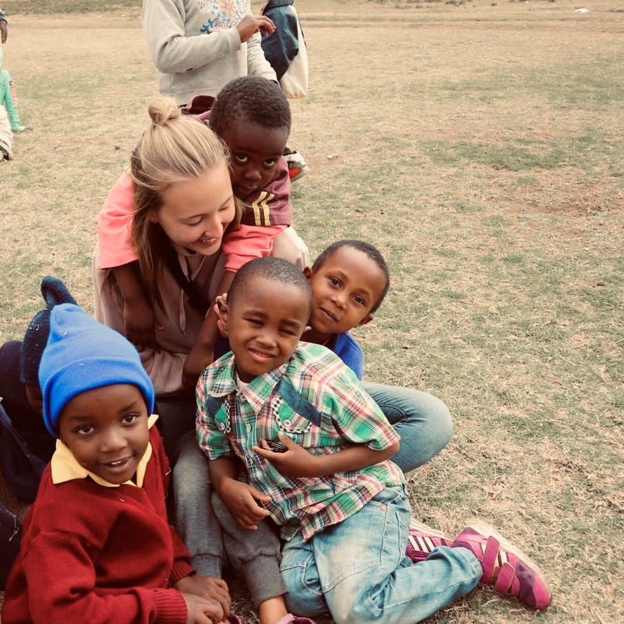 Sinnvolles tun und Interessen verfolgen durch ehrenamtliche Tätigkeit mit Kindern in Afrika