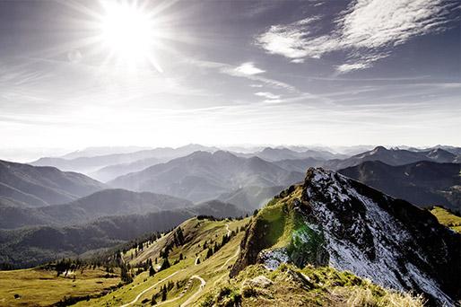 Panoramablick über Bergwipfel.