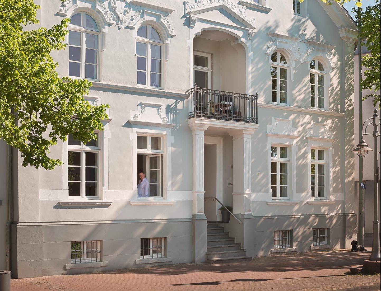 Sommerliche Fassade der Königsvilla.